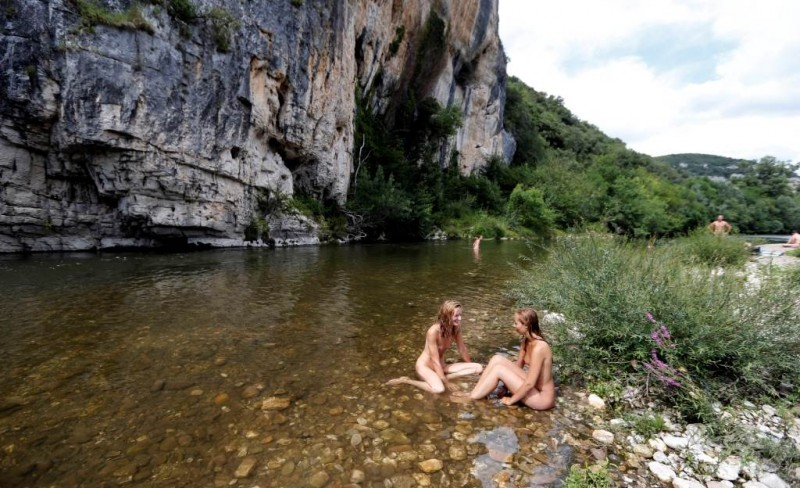 Piscine-camping-naturiste-Genèse
